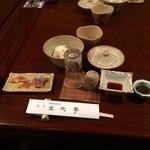 元祖鮭鱒料理 割烹 金大亭 - 【2015年01月】スタート時のテーブル(メフンの塩辛・寒塩引・生筋子・氷頭の膾・とも和え)がセットされてた。