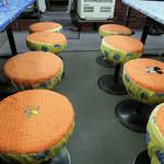 ラーメン餃子三平 - ミッキーチェアーに三平チェアー
