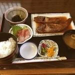 ゆうなぎ - かさごとぶだいの煮付け定食¥1350  刺身はうまかったけど煮付けの味付けはうーんだなー 小骨もむっちゃ多かったし。。  魚は沼津で食べる方がいいかなー( ;´Д`)