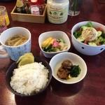 キッチンさかば くいきち - 小鉢定食〜帆立、おしんこ、ポテサラ、味噌汁はなめこと油揚げ
