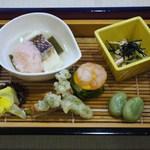 36839044 - 前菜=鯛と古代米の桜蒸し、いい蛸、鰻のしんじょうとタラの芽の天麩羅、新キャベツと海老・辛子ソース                       鶏わさ