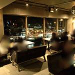 エース カフェ - 窓際席が人気です