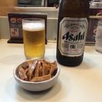 春木屋 - 「ビール(中瓶)」500円と「メンマ小鉢」100円