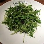 SHUTTERS - 水菜と塩昆布のチーズサラダ