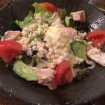 備長焼鳥 トサカ商會 - 鶏と温泉卵のシーザーサラダ