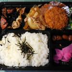 魚錦 - ...「生姜焼、メンチカツ(400円)」、メンチの下にも生姜焼きタップリ!