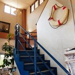 ヨット - 店内(階段の青と、浮き輪がいいね)