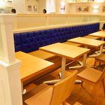 サラベス - お店のソファは鮮やかなブルー