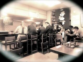 ひょうたん屋 6丁目店 - ●シミュレーション▶︎【6】店内はカウンター席と2名がけのテーブル席