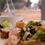 36861658 - なりきりfood photographer(その1):前菜の盛り合わせ。ちょっと雑誌の取材写真っぽく撮ってみたりして。ちなみに外からは丸見えですw