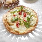 イワイ - Bランチ1700円のメイン料理はパスタでなくピザを選んでもOK。ピザ生地は薄いパリパリ系 2015.4.10撮影