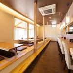 ハスネテラス - 掘りごたつ席と活気あふれるオープンキッチンのカウンター席
