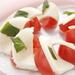 トラットリア アルテフィーチェ 銀座 - イタリアンの定番 狼桃トマトのカプレーゼ