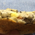ベーカリーカフェ デリーナ - セサミとチーズとくるみ・断面