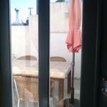 パティスリー ケセラセラ - 壁に囲まれたテラス席