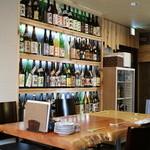 そば二十三 - 壁際にズラリと並んだ銘酒の数々(焼酎はどの銘柄も1杯¥500と統一価格)