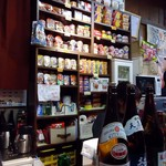 藤田酒店 - 缶詰の並ぶ棚。