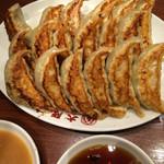 大阪王将 - 皿が逆ですがw 焼き目もバッチリ 美味い餃子