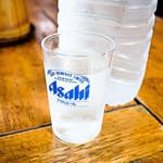 手打ちラーメン たか - 暑い日は水が美味しい。ビールならもっと美味しい。