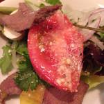 牛タン 夏火鉢 - 牛タンスモークとパクチーとマッシュルームのサラダ