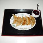 ラーメン亭 - 自家製ギョーザに自家製ラー油の相性はバツグン! しかも大きいです!