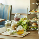 銀座カフェビストロ 森のテーブル - 窓際のテーブル席は落ち着いた癒しの空間