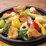 点 - チキンと彩り野菜の石焼きサラダ