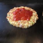 お好み焼本舗 - ピザ玉のトマトソースを乗せて