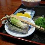 そば処郡上 - 山葵をすって蕎麦を待ちます。