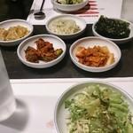 スントゥブ オッキー - ディナータイムのお代わり自由前菜とサラダ