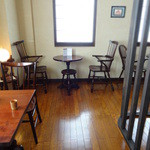 自家焙煎 とがし喫茶室 - 松本民芸家具でまとめられた店内 内観