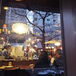 ベラフィリア - 桜が映る店内カウンター