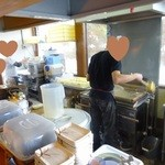 松製麺所 - 製麺機と茹で麺機がある厨房どんどん麺が茹で上がる!手際の良さで行列がどんどん進む♬