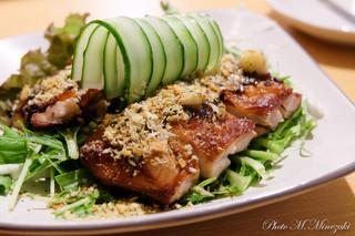 ゆるり 中華食堂 癒食同源 - 鶏もも肉の1枚揚げ 香味野菜ソース 560円