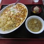 大龍飯店 - 成龍セット(麻婆炒飯、スープ、小皿)900円