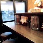 フカクサ製麺食堂 - 小さな店内はL字カウンター6席。