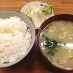 とんかつ 安右衛門 - 定食のご飯と味噌汁 浅漬け