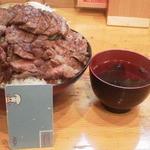 36954904 - ステーキ丼(特盛) 990円+ごはん大盛 100円です