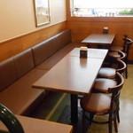 モスバーガー - 奥のテーブル席