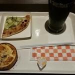 36957644 - バジルピザとエッグのキッシュ、アイスコーヒー