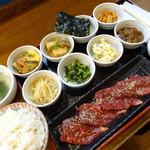 36960082 - 1350円(税抜き)の駅前韓定B8種類の小鉢とめしとスープとハラミちゃん