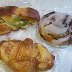 リスドォルイジマ - 料理写真:この日はこの中から甘いおやつパンを中心に3品を購入してみました。