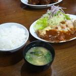 洋食の朝日 - それぞれに、ご飯とお味噌汁が付きます。このお味噌汁がまた絶品です (≧▽≦)