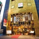菜香新館 - 上海路に建つ5階建ての店舗。1F売店では肉まんや中華菓子を取り揃えています。