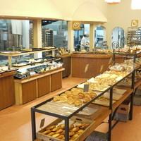 麦音  - 3月にリニューアル。縦型のパン棚でより店内が広くなりました