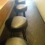 HONMACHI 豚テキ - 間隔の狭いカウンター席