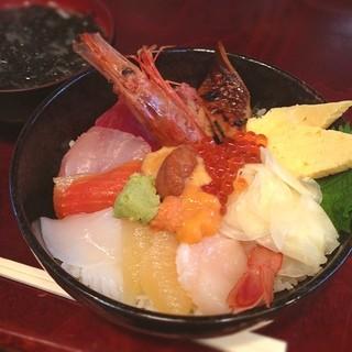 まるきた 1号店 - 築地で海鮮丼。やっぱり、魚がうまい! 小心者なので、とりあえずおまかせ丼で(^_^