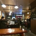 近江町食堂 - 店内 (奥から入り口に向けて撮ってます)