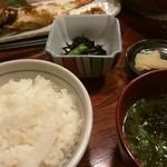 近江町食堂 - 定食セット (ご飯、お味噌汁、小鉢、漬物)