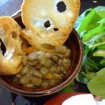 36988786 - 小鉢のレンズ豆たちとバゲット
